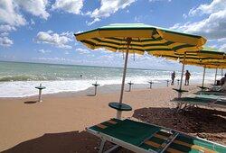 Spiaggia di fronte al Barracuda Fish Bar con un mare meraviglioso!