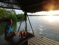 le ponton pour prendre un verre lors du coucher de soleil