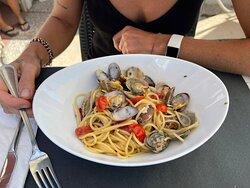 Spaghetti alle vongole …  un piatto che nella sua semplicità per me rimane sempre il migliore …fa profumo di mare ☺️