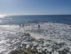 El mar mediterráneo embravecido para los amantes del surf y el windsurf.