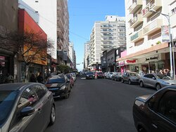 calle céntrica, llena de negocios
