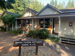 Singer Tavern Cottages