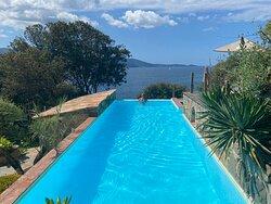 Un hôtel paradisiaque au milieu de la nature face à la mer. Un petit havre de paix.
