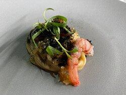 Spaghetto al nero, wasabi, dragoncello e gambero di laguna.