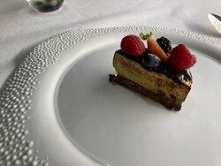 Trancio di torta sorpresa, pistacchio e gianduia.