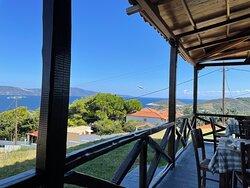 Den dejligste udsigt, over havet og udsigt til Skopelos. Tavernerne ligger for enden af landingspladsen med udsigt til fly der letter. Betjeningen er sød og imødekommende, maden smagte fortrindeligt. Et sted der er værd at besøge.