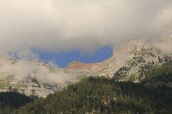 Il Sasso Rosso fa capolino tra le nubi