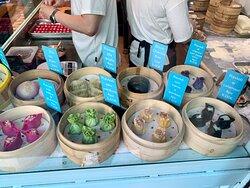 Bokok - MENU - I RAVIOLI - Menu molto ampio dove le principali specialità sono sicuramente i ravioli e i bao (che infatti espongono nel bancone di preparazione a vista in vetrina, proprio all'ingresso del locale), ma anche tutti i piatti della tradizione culinaria Cantonese (tra cui un'ottima anatra alla cantonese).