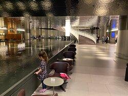 großer Brunnen im Eingangsbereich der Lounge