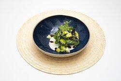 Aguacate asasdo con topping de manzana verde & mostaza de hierbas sobre una salsa de yogur con pepino y hierbabuena