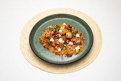 Cebada en técnica de risotto, con su salsa secreta  a base de leche de coco, servida con tofu, champignones, & pimienton dulce