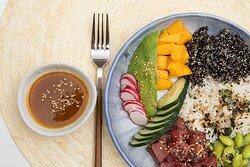 Poke con atun, arroz, quinoa negra, edamame, aguacate,  mango, pepino holandés y rabanitos encurtidos.  Salsa: Mayonesa de Sriracha/Ponzu de maracuyá