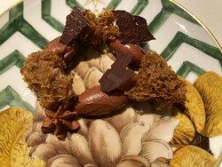 Ganache de chocolate Piura al PX con Ras el hanut y esponja de café.