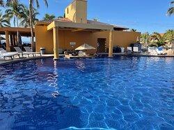 Bikini/swim up bar and pool