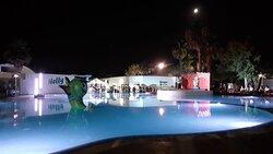 spettacolo serale sulla piscina