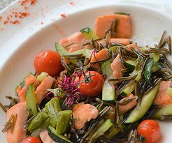 Salteado de salmón con espárragos verdes