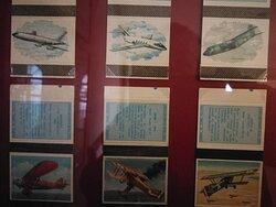 Na pudełkach: wizerunki i opisy samolotów.