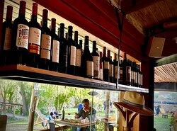 Salón, Cava con mas de 370 etiquetas de vinos, Servicio de Sommelier