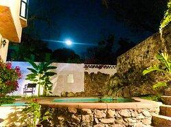 un rico descanso a un lado de la alberca, bajo  la luz de la luna