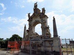 La fontana del Sebeto circondata dalle transenne