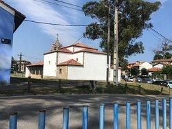 Y la iglesia, que es muy bonita y está bien cuidada, con juegos para los niños al lado