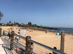 La playa es muy bonita, con una arena dorada