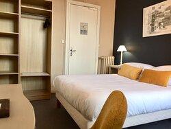 chambre vue rue au 3e étage (double vitrage, lit 140 ou 160, salle de douche, bouilloire, TV écran plat, prise USB, wifi gratuit)