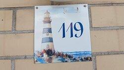 Chaque numéro de chambre a sa plaque individuelle et personnalisée.