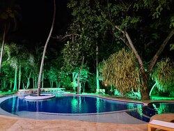 Hotel Casa Cielo Boutique cuenta con una piscina que incluye bar en el centro un Jacuzzi y piscina para niños