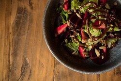 MEZCLA DE LECHUGAS, betabel rostizado, fresas, pepita de calabaza tostada, vinagreta de miel y chile ancho