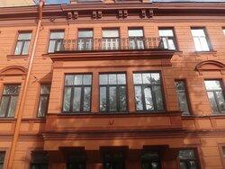 Парадный фасад с эркером в три окна