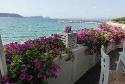Εξωτερικός χώρος εστιατόριου με θέα την θάλασσα