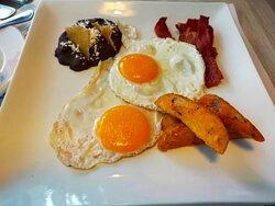 UN DESAYUNO (MAS PAN TOSTADO, MANTEQUILLA, CAFE-TE, LECHE, ZUMO, PLATO CON FRUTAS...)