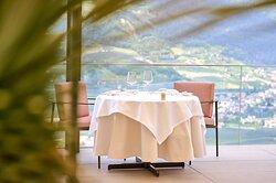 Tisch auf der Terrasse mit Panorama des Restaurant ÀlaCarte (im Rahmen der Halbpension)