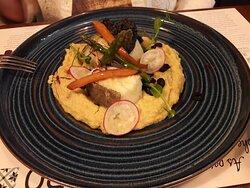 Bacalo con humus y crema de aceitunas negras.