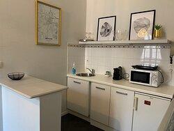 """Nous proposons 5 suites d'hôtes, 5 thèmes différents, ici retrouvez la kitchenette de la chambre """"Art déco"""""""