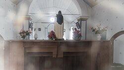 Vista do interior da capela ( visão pela janela)