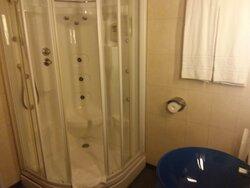 Toelette con doccia idromassaggio.