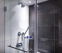 One Bedroom Suite Riverbank View bathroom