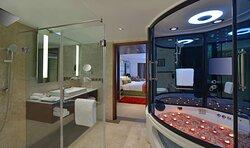 1 Bedroom Whirlpool Suite