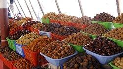 Eine Fülle von Früchten auf einem Basar in Taschkent.