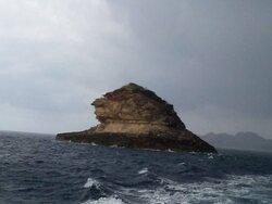 la roccia denominata in corso U DIEU GROSSO, il grosso dito pollice, o comunemente ridenominata  grano di sabbia