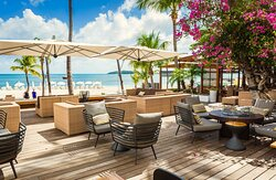 During the day, large sun screens offer you a relaxing cool breeze and view on the boardwalk and adjacent beach.