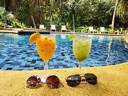 piscina da área dos bangalôs, caipifrutas de tangerina com manjericão e kiwi