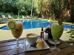 piscina da área dos bangalôs, caipifrutas de caju e kiwi e caldinho de peixe