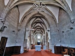 Un retable du rosaire daté de 1626 est le trésor de cette église ouverte et accueillante. Le titulaire est Saint-Amans, premier évêque de Rodez (né au 4ème, mort en 440) et non Saint-Amand de Maastricht (584-679). Quelque soit sa position dans les différents niveaux de croyances, pour se détendre, méditer ou prier, cet endroit est idéal.