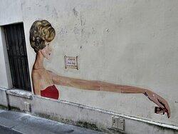 Collage de la street artiste Rebecca, réalisé en juillet 2021 au 1 rue Blainville dans le 5ème arrondissement