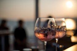 Savršeni zalasci. Nazdravite ljepoti zlatnog sata pored mora.  Perfect sunsets. Toast to the beauty of the golden hour by the sea.