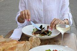 Салат с морепродуктами - кальмар, креветки, мидии под соусом пондзу