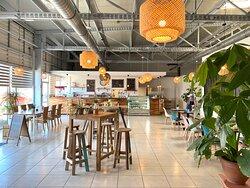 Un espace restaurant café très cosy pour bien manger ou y travailler !